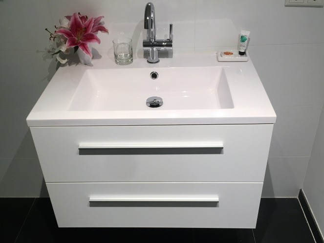 Things Helen Loves, Image of bathroom sink/vanity with fresh flowers and complimentary toiletries.