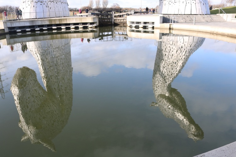 Things Helen Loves, reflection of the Kelpies in the water