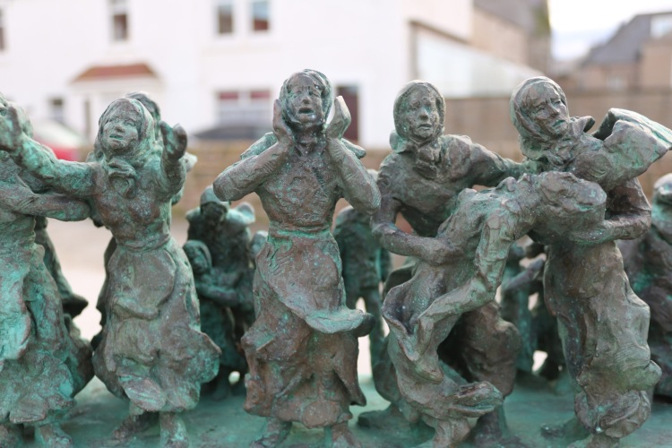 Things Helen Loves, image of small figures on the Women and Bairns memorial