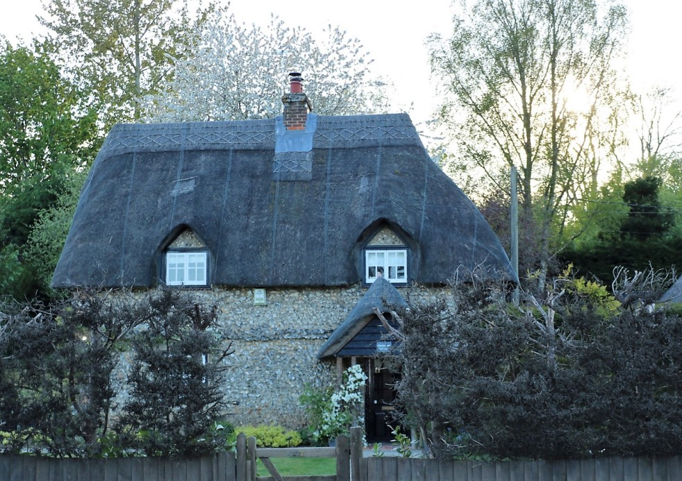 Things Helen Loves, image of traditional Wiltshire thatched cottage
