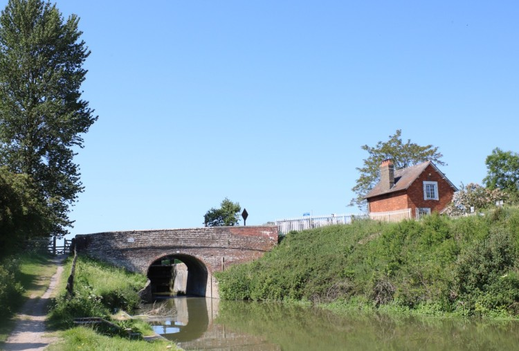 Things Helen Loves, image of canal side with bridge
