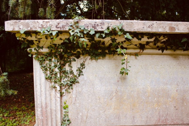 Things Helen Loves, image of old tomb with ivy